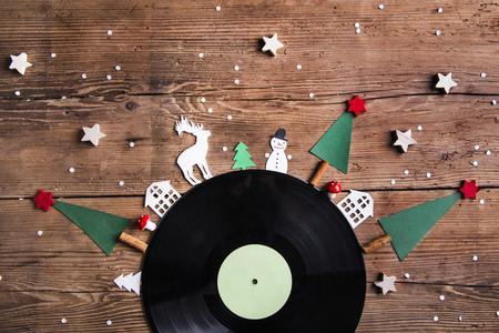 Kerstmissamenstelling op een houten achtergrond.