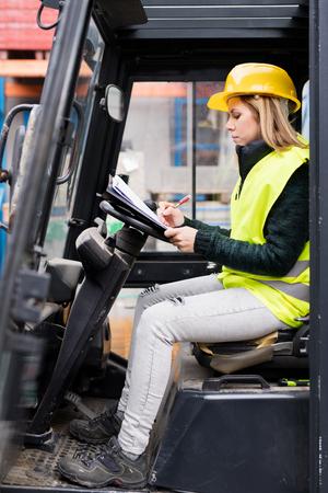 倉庫外女性フォーク リフト トラック ドライバー。 写真素材