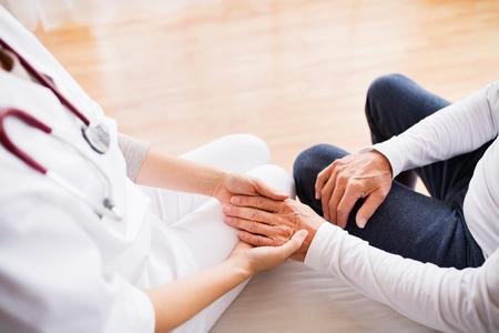 健康の訪問者、家庭訪問中に年配の男性。