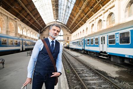 鉄道駅に成熟した実業家。 写真素材