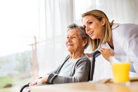 Visitante de salud y una mujer mayor durante la visita domiciliaria. Foto de archivo - 90158453