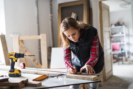 大工作業室の若い女性労働者。