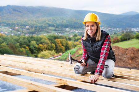 Jonge vrouwenarbeider op de bouwwerf.