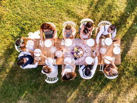 Huwelijksreceptie buiten in de achtertuin.