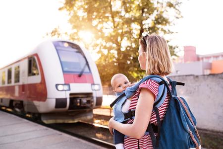 젊은 어머니가 기차로 아기와 함께 여행. 스톡 콘텐츠