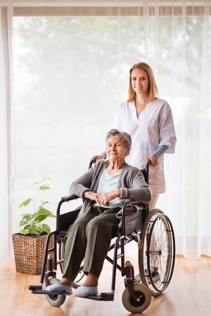 Gesundheit Besucher und eine ältere Frau während der Heimat Standard-Bild - 90778163