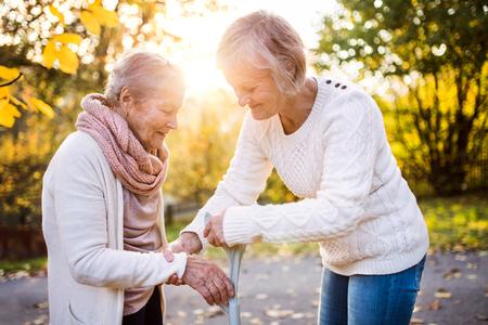 Mulheres seniores em uma caminhada na natureza do outono. Foto de archivo
