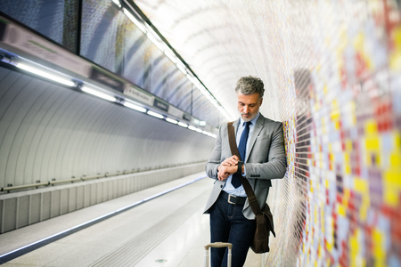 성숙한 사업가 지하철 역에 대기합니다.