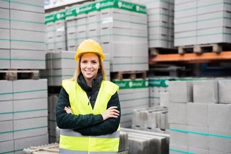 Lavoratrice che sta in una zona industriale. Archivio Fotografico - 91141721