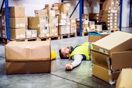 倉庫で事故の後の倉庫作業員。 写真素材