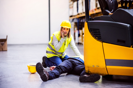 倉庫で事故の後の倉庫の作業員。 写真素材