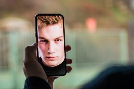 Een smartphone met gezichtsherkenningssysteem. Stockfoto