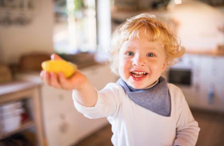 Toddler boy in the kitchen. Standard-Bild