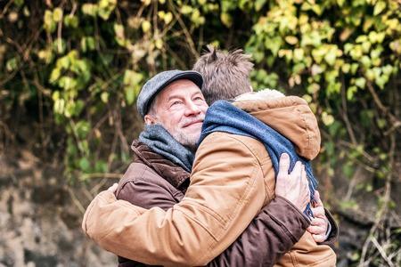 先輩の父と彼の若い息子は散歩に出かけた。