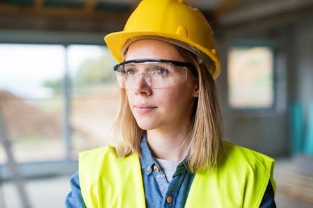건설 현장에 젊은 여자 노동자입니다.