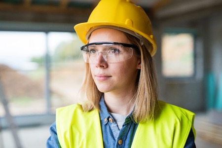 Arbeiter der jungen Frau auf der Baustelle. Standard-Bild - 91531052