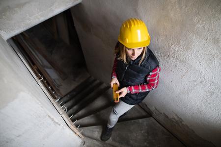 Arbeiterin auf der Baustelle Standard-Bild
