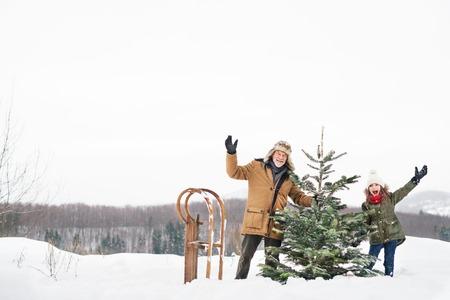 할아버지와 포리스트의 크리스마스 트리를 점점 작은 소녀.