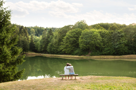 Senior couple on a walk at the lake hugging. Banque d'images