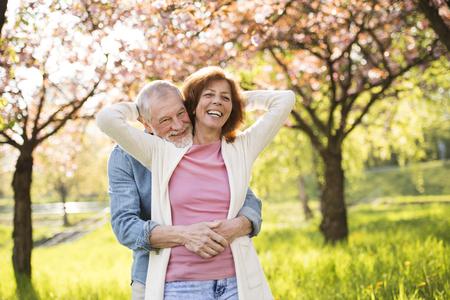 Hermosa pareja senior en el amor fuera en la naturaleza de primavera. Foto de archivo - 93211345