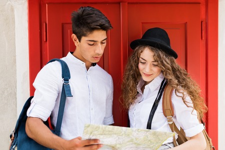 Two young tourists with map in the old town Banque d'images