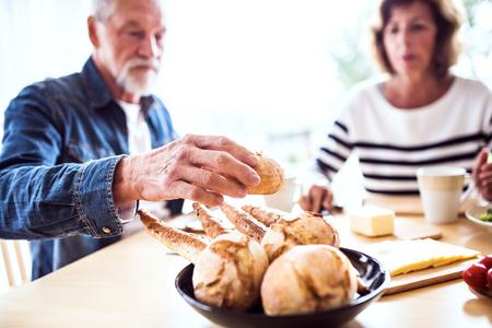 Ältere Paare , die zu Hause frühstücken Standard-Bild