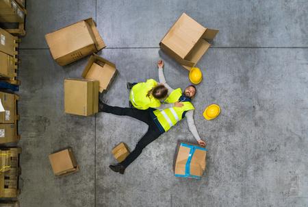 Armazene o trabalhador após um acidente em um armazém. Foto de archivo - 93553648