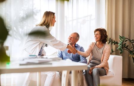 先輩夫婦と話す女性医師。 写真素材