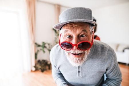 Älterer Mann , der Spaß zu Hause hat Standard-Bild