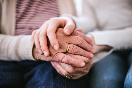 Manos de adolescente y su abuela en casa. Foto de archivo - 95845296