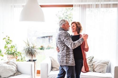 Altes Paar zu Hause entspannen, tanzen. Standard-Bild