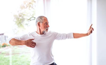 Älterer Mann , der Übung zu Hause tut