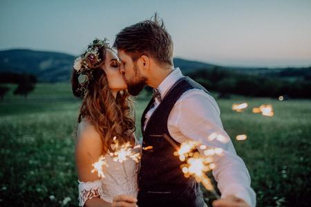 Bei sposa e sposo con le stelle filante su un prato. Archivio Fotografico - 96907417