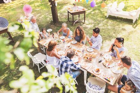 Uroczystość rodzinna lub przyjęcie w ogrodzie na podwórku.