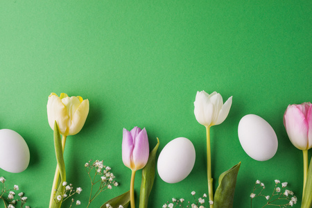 Easter and spring flat lay on a green background. Banque d'images
