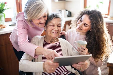 Une adolescente avec mère et grand-mère à la maison.