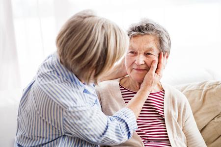 Donne anziane a casa.