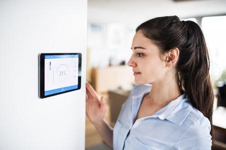 Kobieta patrząc na tablet z inteligentnym ekranem głównym.