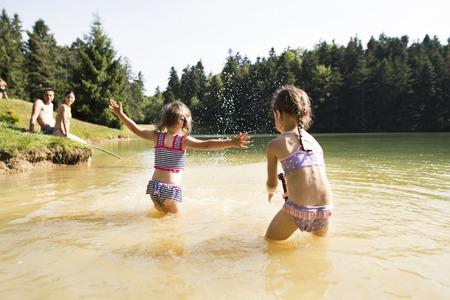 湖で母と父と娘晴れた夏