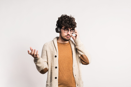 Portrait of a young man with headphones in a studio. Stockfoto - 99751091