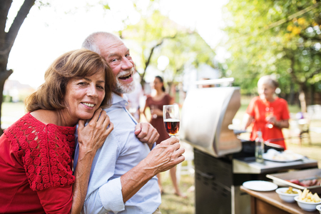 Familienfeier oder eine Grillparty draußen im Hinterhof.