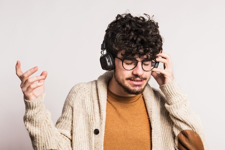 Portrait of a young man with headphones in a studio. Stockfoto - 102679100