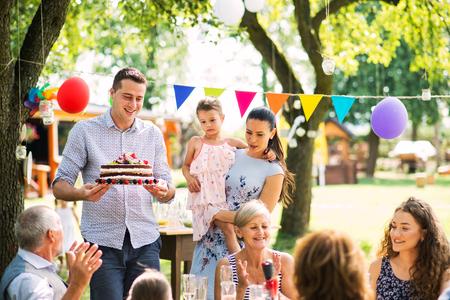 Celebración familiar o una fiesta en el jardín al aire libre en el patio trasero.