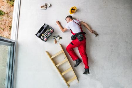 Un accident d'un homme ouvrier sur le chantier. Vue de dessus.