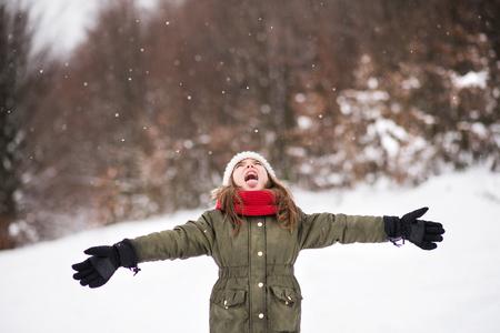 A small girl having fun in snow. Imagens - 108596813