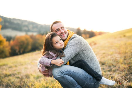 A young father having fun with a small daughter in autumn nature. Banque d'images - 112561515
