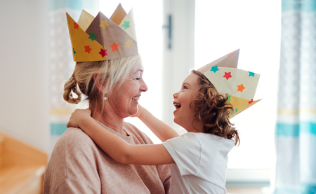 Un portrait de petite fille avec grand-mère s'amusant à la maison.
