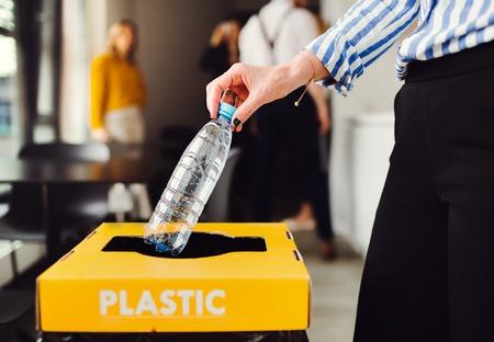 Separazione e riciclaggio dei rifiuti in ufficio commerciale, una sezione centrale.