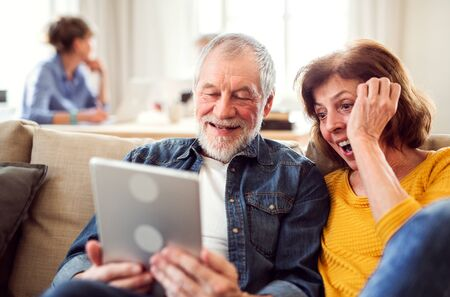Älteres Paar mit Tablet im Club des Gemeindezentrums.