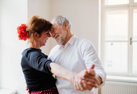 Senior couple attending dancing class in community center. Standard-Bild - 130598114